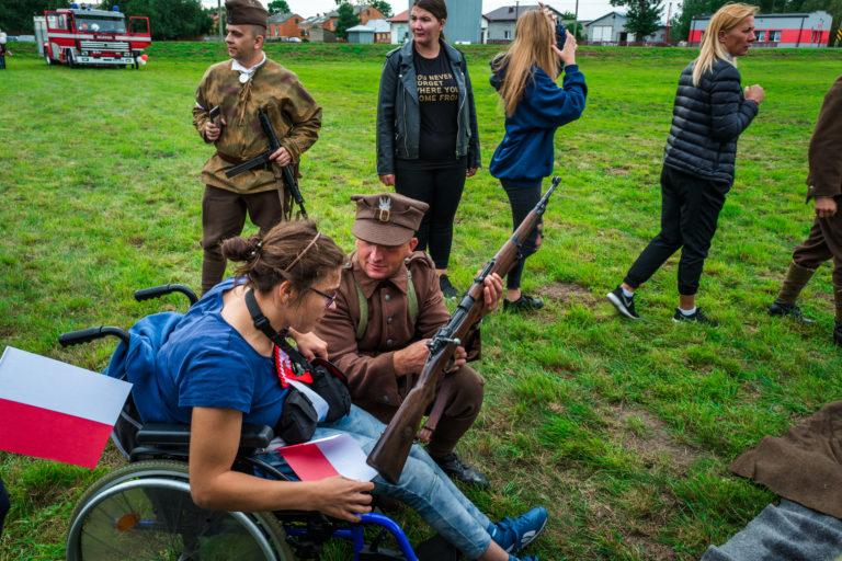 Dziennikarka magazynu Dzielnej Matki Jolanta Sawicka uczy się obsługiwać karabin