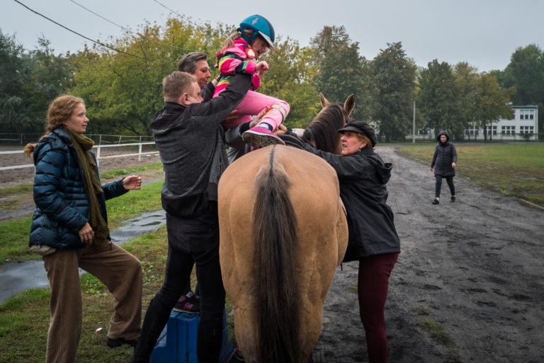 Pani Agnieszka ze stajni Agmaja i pan Zbyszek wolontariusz banku PKO BP z sekcji jeździeckiej pomagali uczniom wysiedzieć na koniu podczas warsztatów historycznych